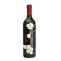 Арт бутилка с червено вино и бели рози