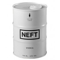 Бутилка с водка, във форма на бял барел с Нефт