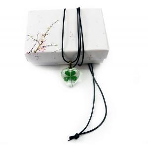 Бижу с истинска детелинка на връв, с подаръчна кутийка