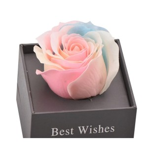 """Бижу с прожектор """"Обичам те на 100 езика"""" в кутия, с вечна роза"""