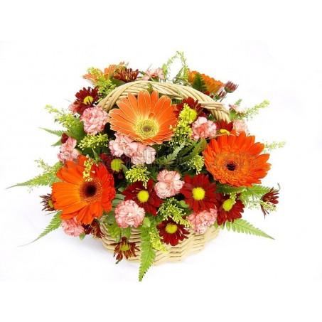 Красиво аранжирани цветя в кошница - идеалния подарък!