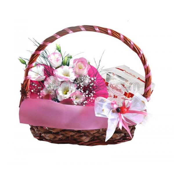"""Нежна кошница с цветя и бонбони """"Розова хармония"""""""