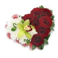 Сърце от цветя - рози, хризантеми и орхидея