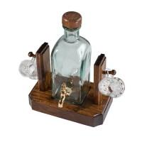 Бутилка с чешмичка с две стъклени чаши