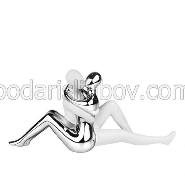 Керамична статуетка прегърната двойка