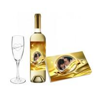 Бутилка вино, бонбони със златен етикет и гравирана чаша
