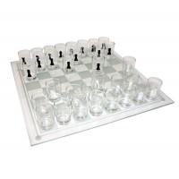 Стъклен шах с чашки за пиещи