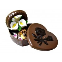 Шоколадов подарък с бонбони и кошничка с цветя