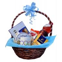 Корпоративна кошница с датски бисквити, кафе, чаша с лого и бонбони