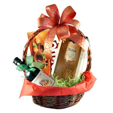 Дамска кошница с бонбони, малко вино и чаша по избор