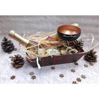 Коледен панер с шампанско, луксозна чаша за шампанско и сладости