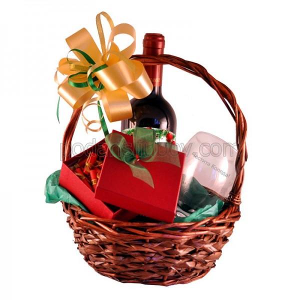 Коледна кошница с вино, гравирана чаша и коледни късмети