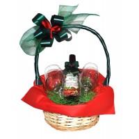 Коледна кошница с вино с етикет и две гравирани чаши