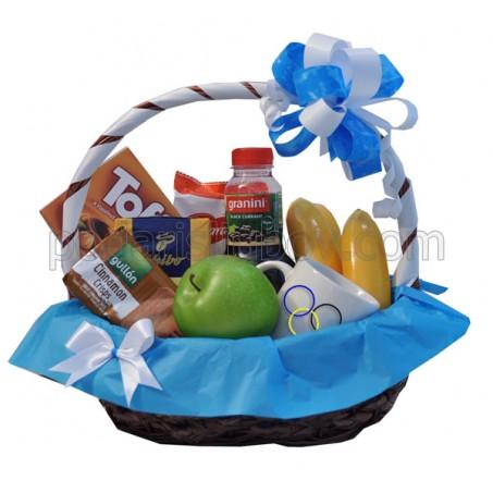 Корпоративна кошница с чаша с лого, кафе, плодове и сладости