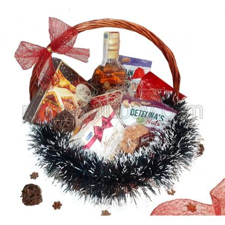 Кошница за Коледа с уиски, ядки, бисквити, бонбониера и шоколадови топки