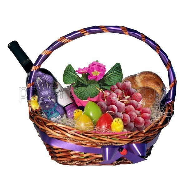 Кошница в лилаво с козунак, яйца и вино