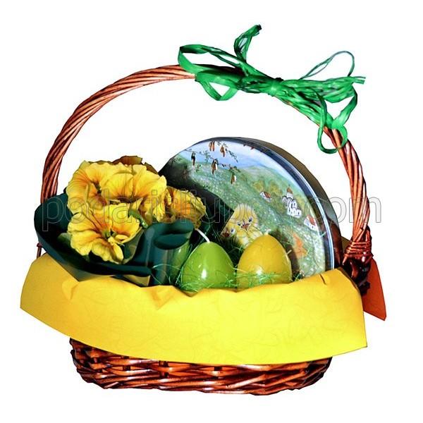 Кошница за Великден с датски бисквити и цветя