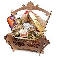 Дървена сватбена кошница с лакомства