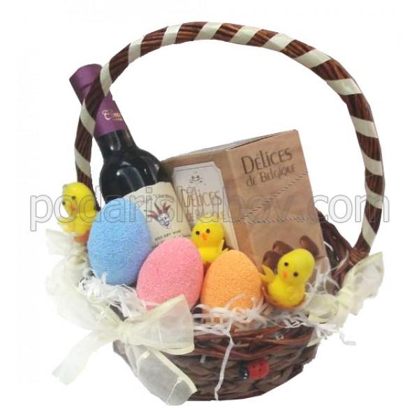 Великденска кошница с вино и бонбони