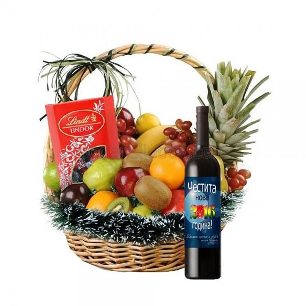 Зимна кошница с бонбони и вино