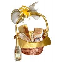 Златна кошница със златно шампанско, гравирана чаша и Линдор бонбони