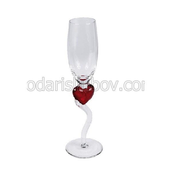 Любовна чаша със сърце и извита дръжка