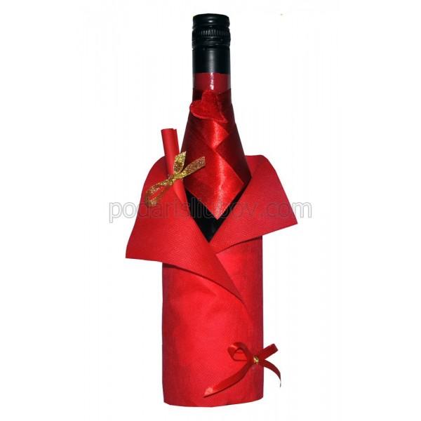 Бутилка червено вино с декорация и папирус