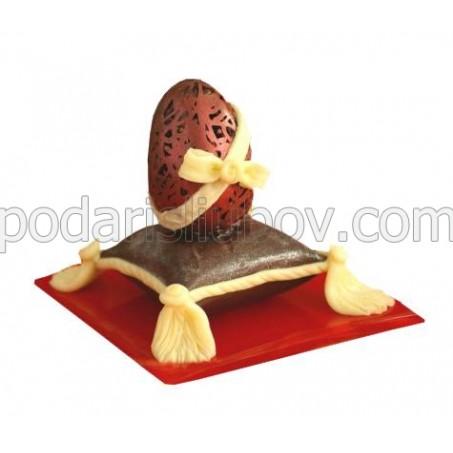 Шоколадово Великденско яйце върху възглавничка
