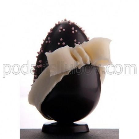 Шоколадово яйце с бяла панделка